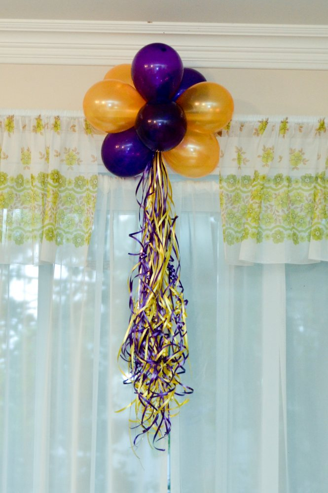 Balloon cluster and ponytail element for Balloon cluster decoration